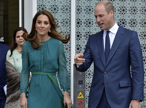 H Kate Middleton με γαλαζοπράσινο φόρεμα που θα κάνει ακόμα και τις φανατικές του μαύρου να αλλαξοπιστήσουν