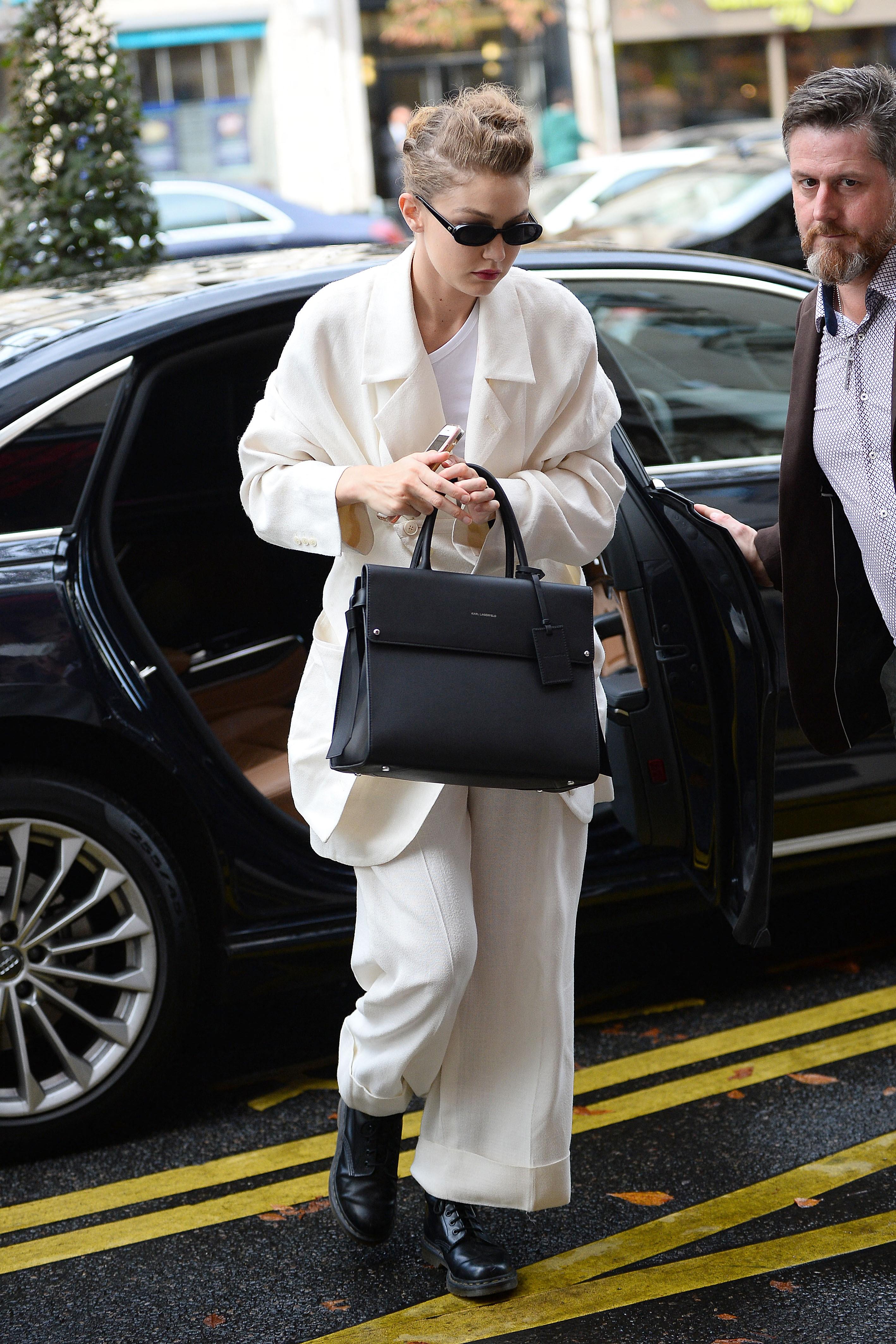 H Gigi Hadid κράτησε στο Παρίσι τη νέα It-bag που θέλουμε όλες