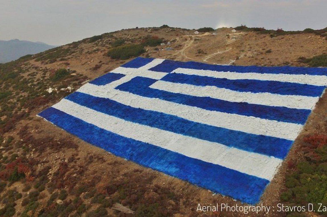 Οινούσσες: Κάτοικοι απαντούν στις τουρκικές προκλήσεις με μια πελώρια ελληνική σημαία (εικόνες)