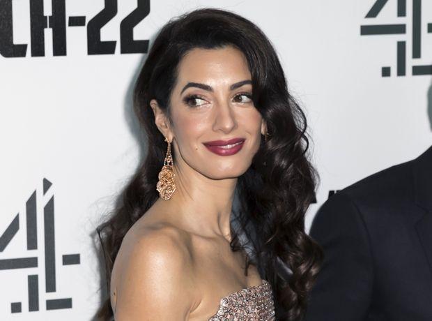 H Amal Clooney φόρεσε την πιο κομψή καμπαρντίνα, επιβεβαιώνοντας ότι είναι το must φθινοπωρινό ρούχο