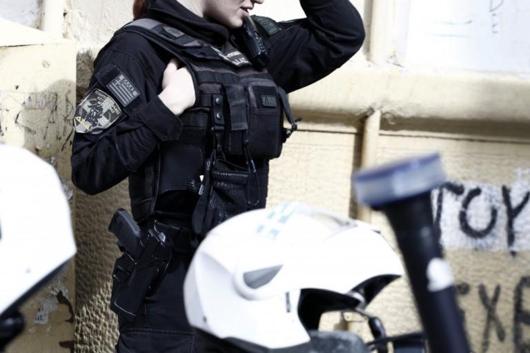 Αχαρνές: Δύο αστυνομικοί τραυματίστηκαν από επίθεση που δέχθηκαν από Ρομά