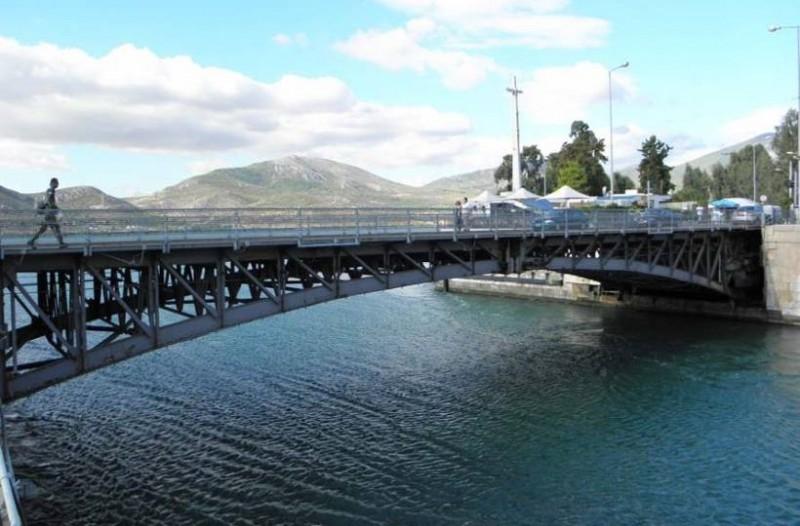 Τουριστικό πλοίο προσέκρουσε στη γέφυρα της Χαλκίδας