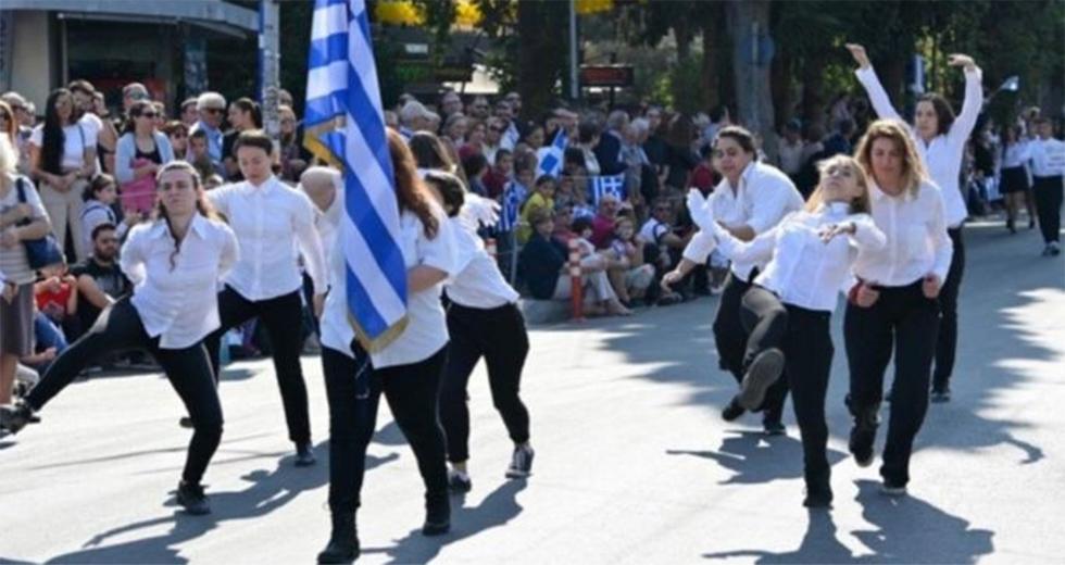 Νέα Φιλαδέλφεια: Οι μαθήτριες που διακωμώδησαν την παρέλαση κάνοντας βηματισμό αλά Monty Python εξηγούν γιατί το έκαναν (βίντεο)