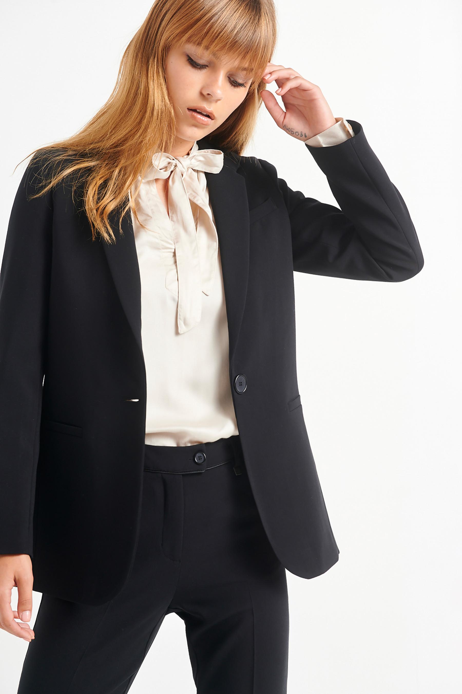 Black is a state of mind: 5 basic, μαύρα ρούχα που αν τα αποκτήσεις φέτος θα είσαι κομψή για πάντα