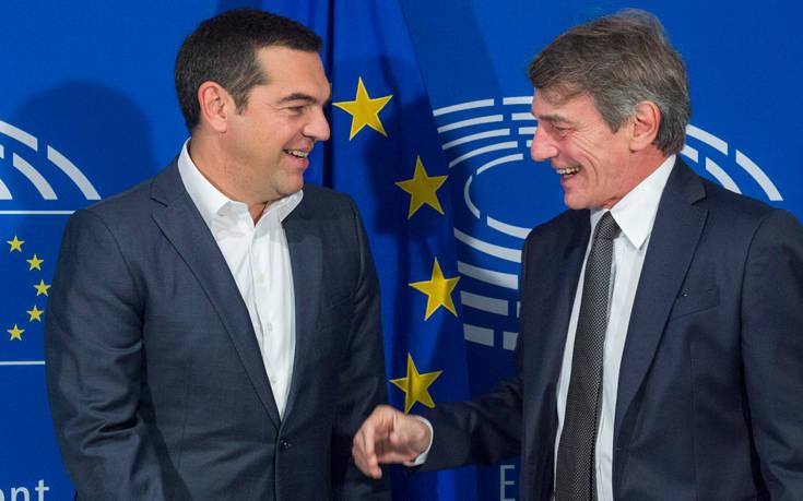 Χαμόγελα και χειραψίες στις συναντήσεις του Αλέξη Τσίπρα στις Βρυξέλλες