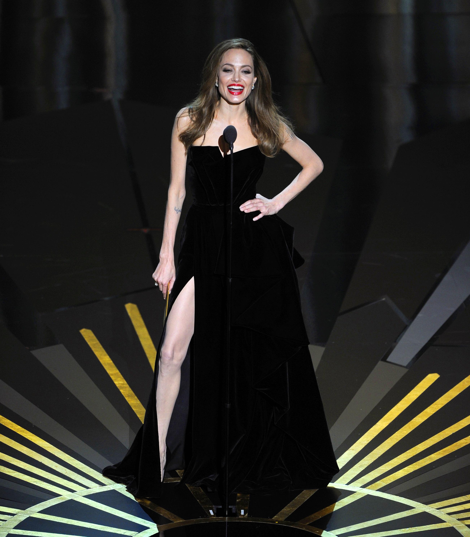 H Angelina Jolie έφτασε κοντά στο να μην φορέσει ένα από τα πιο διάσημα φορέματα όλων των εποχών