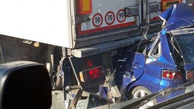 Αυτοκίνητο «καρφώθηκε» σε νταλίκα στην Αθηνών Λαμίας – Νεκρός ο οδηγός