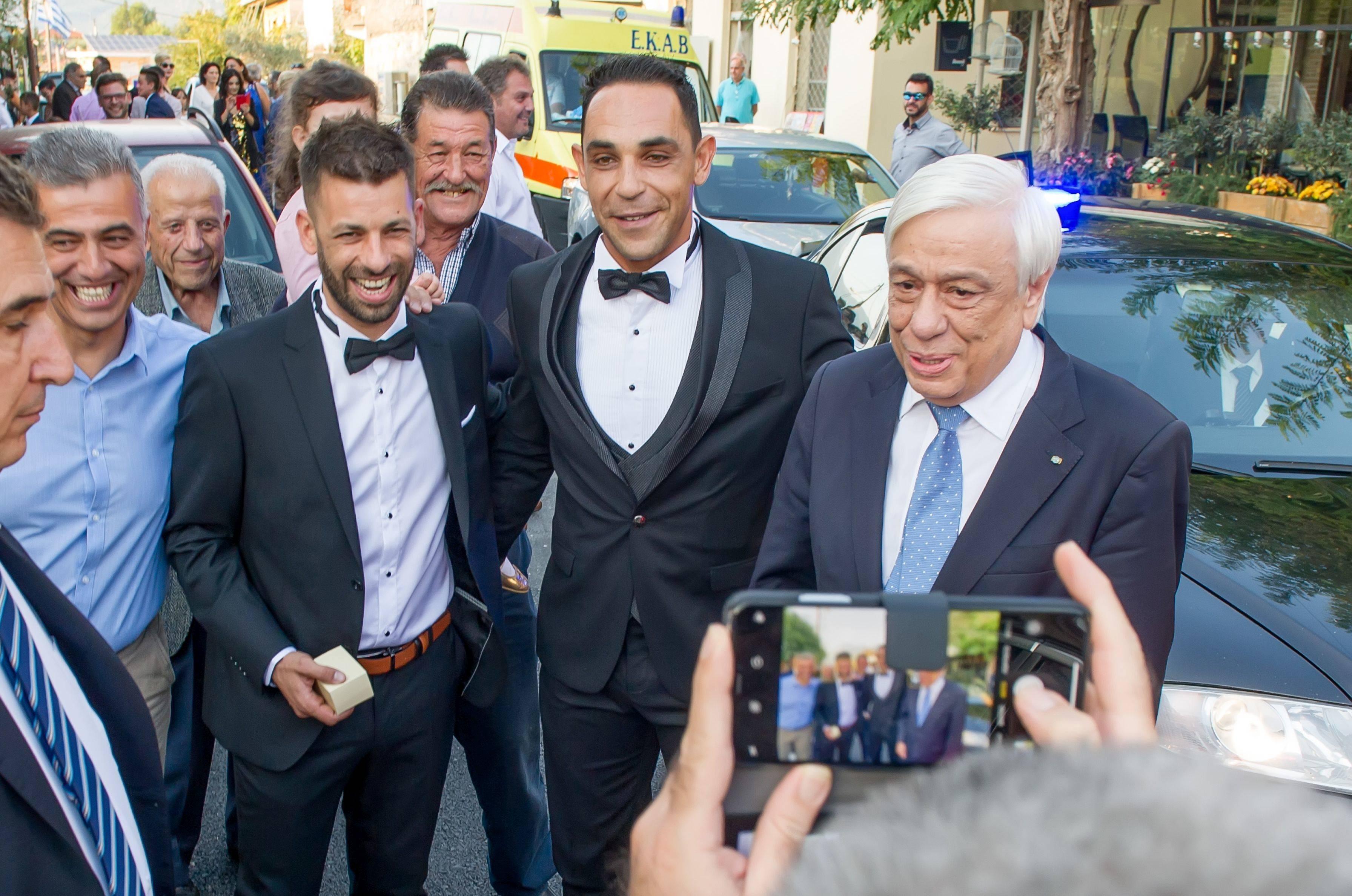 Ο Παυλόπουλος σταμάτησε την αυτοκινητοπομπή του για να ευχηθεί σε γαμπρό