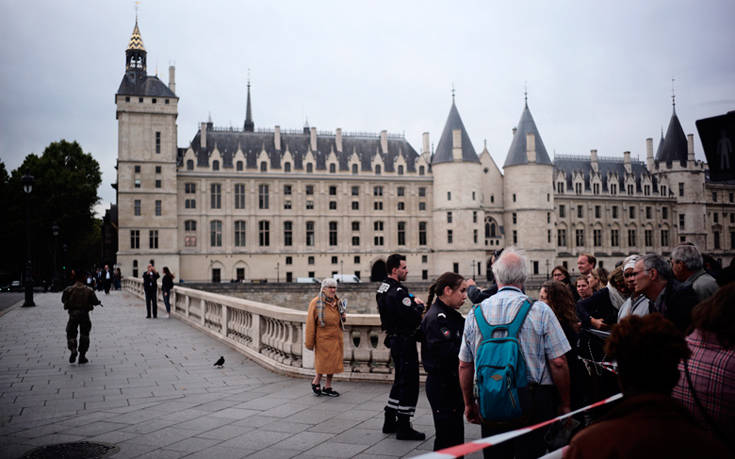 Επίθεση με μαχαίρι στο Παρίσι: Τέσσερις αστυνομικοί νεκροί, το σενάριο που εξετάζεται