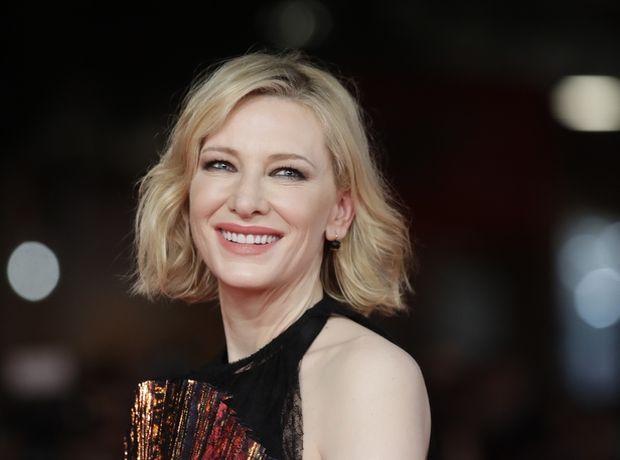 Η εκθαμβωτική Cate Blanchett με sparkly ολόσωμη φόρμα και βαθύ ντεκολτέ που μέχρι και 20χρονες θα ζήλευαν