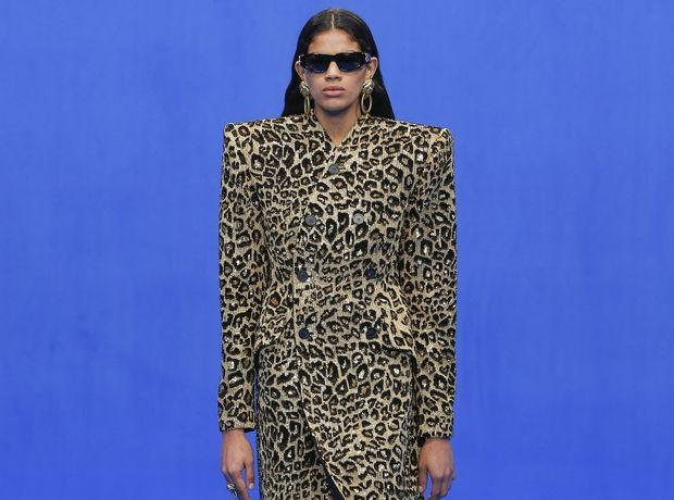 Στο show του Balenciaga είχε LED γυαλιά ηλίου και Next Top Model t-shirts