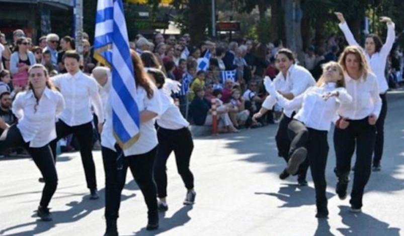 Λύκειο Νέας Χαλκηδόνας για παρέλαση: Δεν είναι μαθήτριές μας οι κοπέλες που έκαναν τον βηματισμό αλά Μόντι Πάιθον