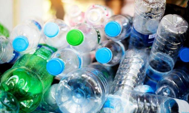 Greenpeace: Μόνο 1 στους 10 Έλληνες γνωρίζει τη σημασία του σήματος της ανακύκλωσης συσκευασιών