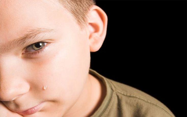 Ξεσπά η μητέρα του 3χρονου που ξεχάστηκε σε σχολικό: Ήταν δεμένος με τη ζώνη, μόνος του και έκλαιγε