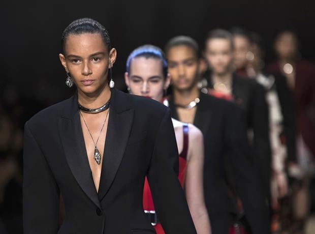 O οίκος Alexander McQueen κάνει τη διαφορά. Παρουσιάζει διαχρονικά ρούχα στην πασαρέλα με μια συλλογή αφιερωμένη στη βιώσιμη μόδα