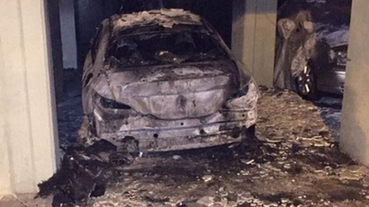 Ταύρος: Κάηκαν τρία αυτοκίνητα σε πυλωτή πολυκατοικίας