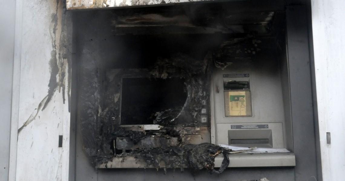 Αργυρούπολη: Εκμεταλλεύτηκαν την καταιγίδα, ανατίναξαν ΑΤΜ και πήραν 20.000 ευρώ