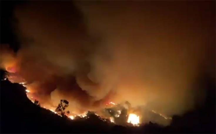 Πυρκαγιά απειλεί σπίτια στη Σάντα Μπάρμπαρα