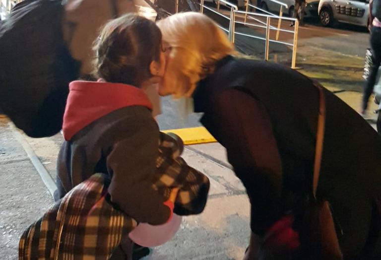 Η Ρένα Δούρου υποδέχθηκε τους πρόσφυγες στον Πειραιά με φιλιά και παιχνίδια (εικόνες)
