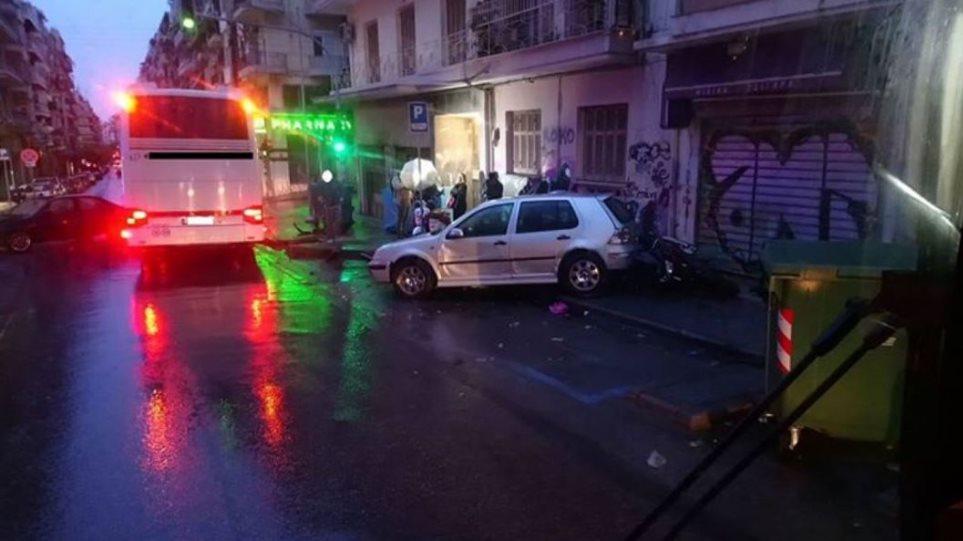 Θεσσαλονίκη: Ασυνείδητος οδηγός έπεσε πάνω σε αυτοκίνητα και έφυγε σαν κύριος! (βίντεο)