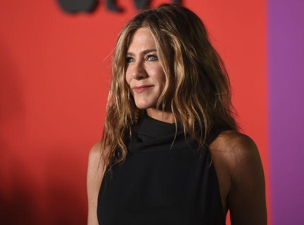 H Jennifer Aniston με φόρεμα του ελληνικής καταγωγής σχεδιαστή, James Galanos