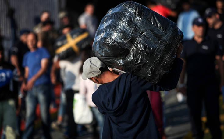 Έφτασαν 450 πρόσφυγες και μετανάστες σε 13 ώρες σε ελληνικά νησιά