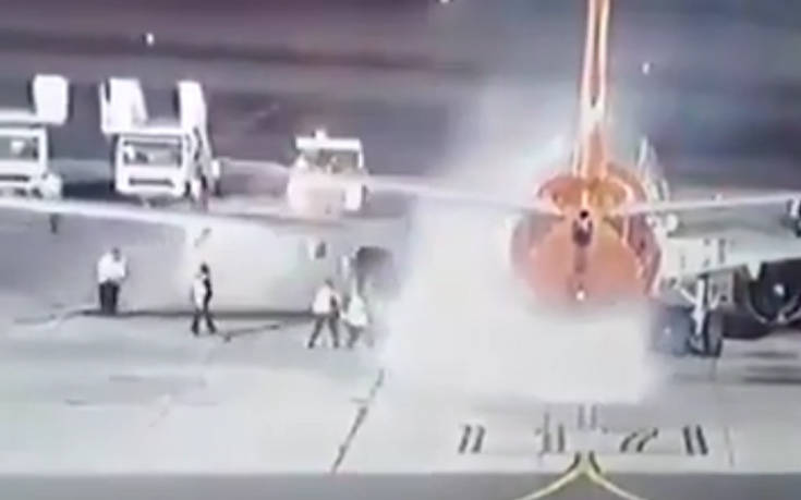 Τρομακτικές εικόνες από φωτιά σε αεροσκάφος λίγη ώρα μετά την προσγείωσή του