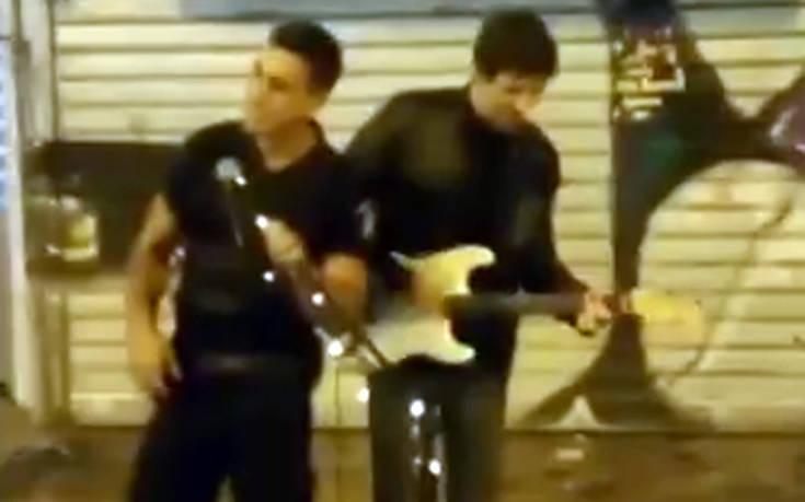 Αστυνομικός τραγουδάει «Stand by me» δίπλα σε πλανόδιο στο Μοναστηράκι