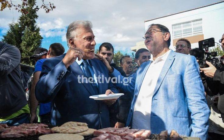 Έψησε σουβλάκια στο μπάρμπεκιου των Ενωμένων Μακεδόνων στα Διαβατά ο Παναγιώτης Ψωμιάδης