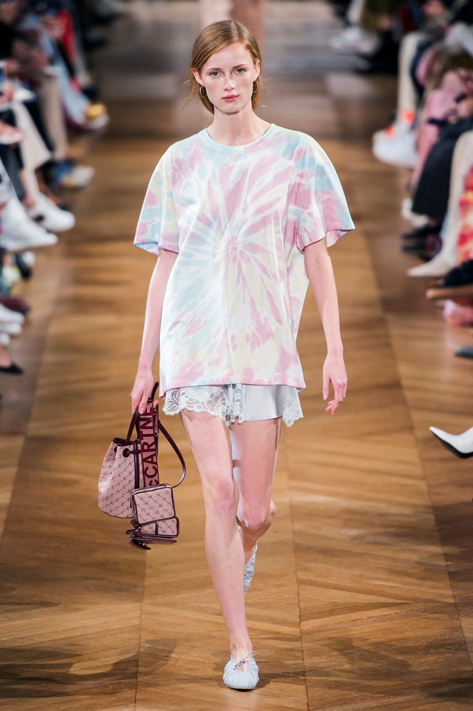 The Tie-Dye Effect: To πιο διάσημο fashion trend των 90s επιστρέφει δυναμικά αυτήν τη σεζόν