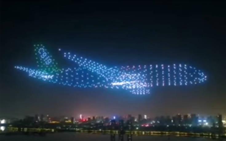 Drones σχηματίζουν αεροπλάνο στον ουρανό της Κίνας