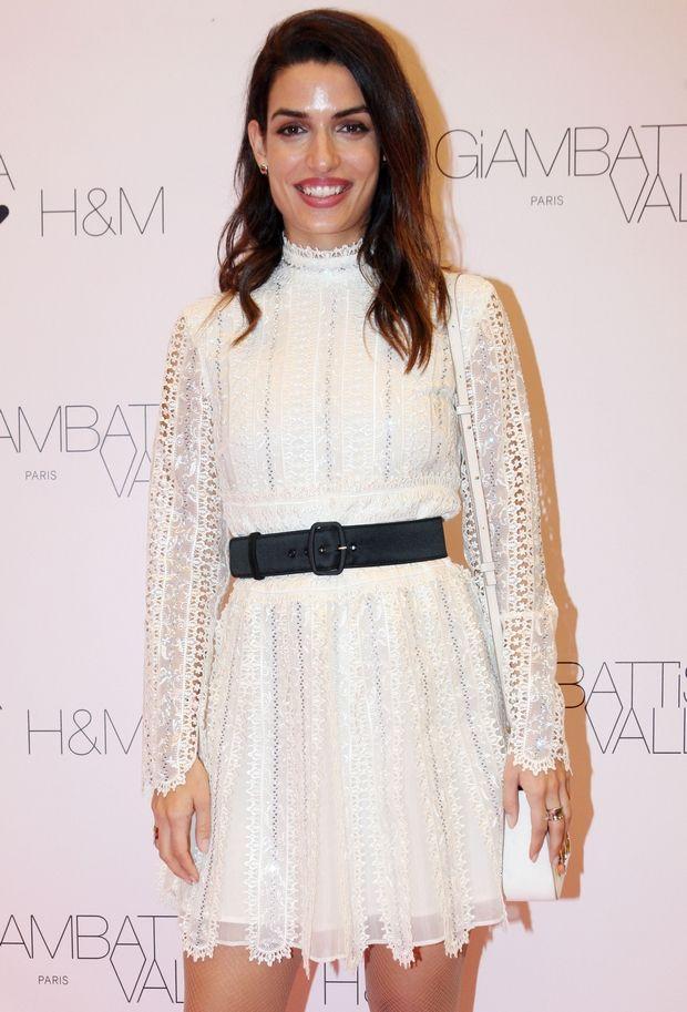 Η Τόνια Σωτηροπούλου φορά λευκό φόρεμα και κρατάμε σημειώσεις πώς να το βάλουμε κι εμείς τον χειμώνα