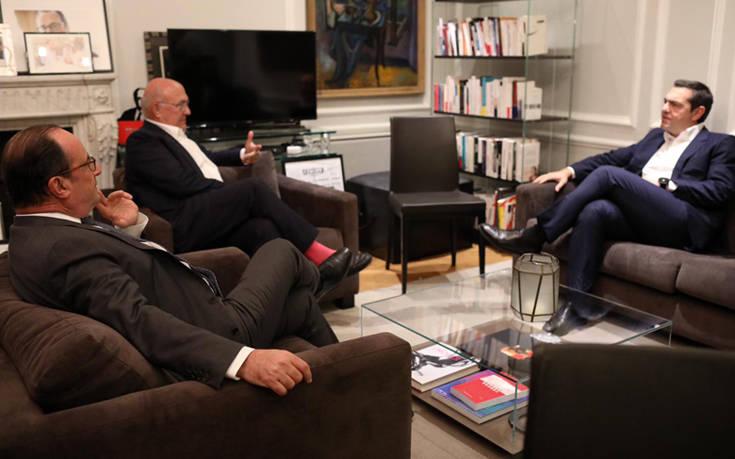 Αλέξης Τσίπρας – Φρανσουά Ολάντ: «Θερμή» συνάντηση με αγκαλιές