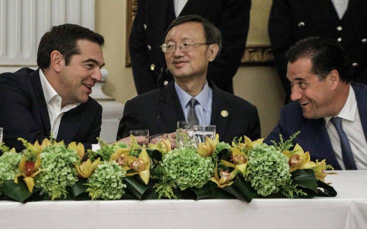 Προεδρικό Μέγαρο: Οι εντυπωσιακές παρουσίες, τα γέλια Τσίπρα – Γεωργιάδη και τα «πηγαδάκια»