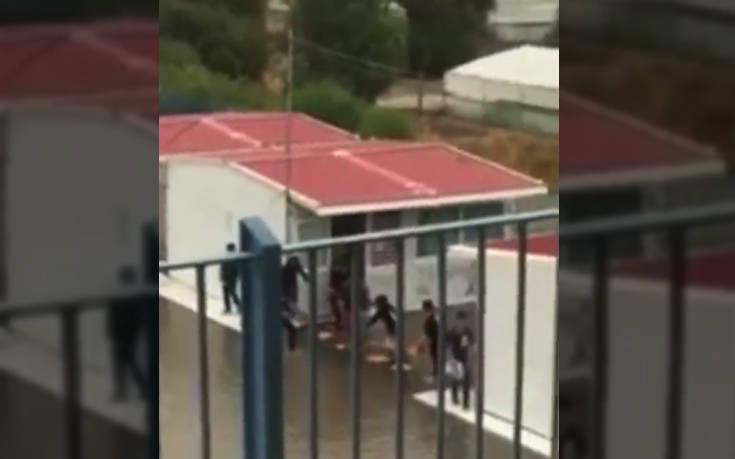 Κακοκαιρία Βικτώρια: Μαθητές στην Κρήτη ένωσαν καρέκλες για να βγουν από το πλημμυρισμένο σχολείο