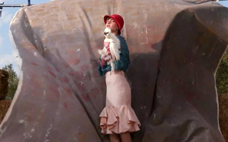 GNTM 2: Τα μοντέλα κυνηγούν κότες και γαλοπούλες και το twitter τρολάρει