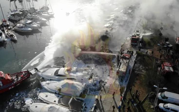 Η φωτιά σε σκάφη στη Γλυφάδα από… ψηλά