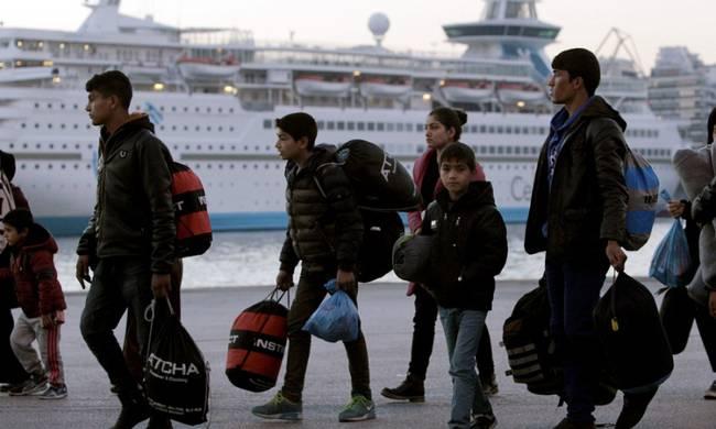 Στον Πειραιά 120 μετανάστες και πρόσφυγες από νησιά του Αιγαίου