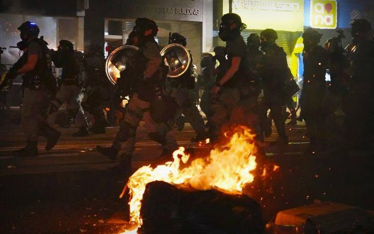Μαζεύει τα κομμάτια του το Χονγκ Κονγκ μετά από άλλη μία νύχτα βίαιων διαδηλώσεων