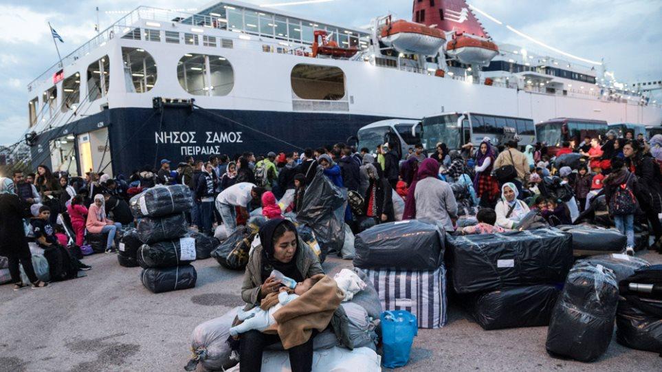 """Στο λιμάνι του Πειραιά το """"Νήσος Σάμος"""" με 75 πρόσφυγες και μετανάστες από τη Μυτιλήνη"""
