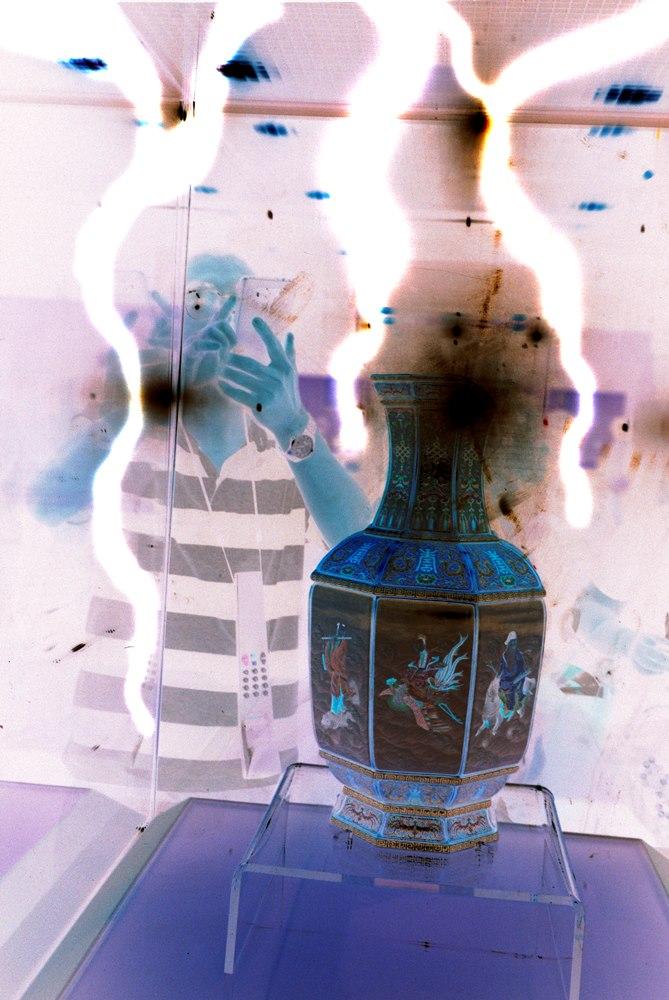 Μία έκθεση φωτογραφίας που σε φέρνει λίγο πιο κοντά στην Vivienne Westwood και στον Dries Van Noten