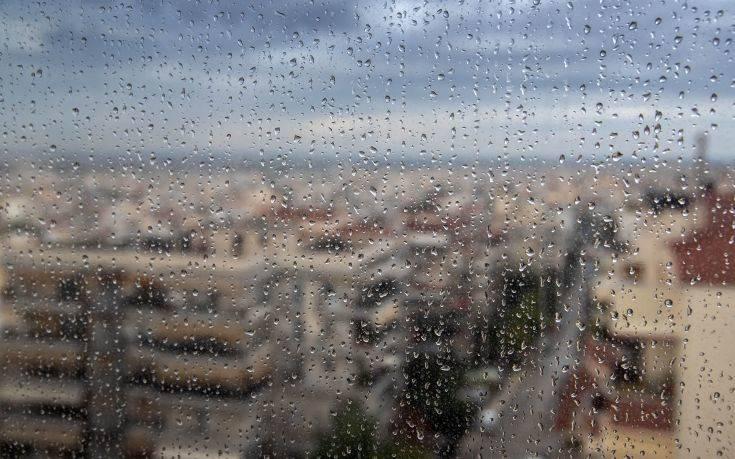 Κυριακή με βροχές και μικρή πτώση της θερμοκρασίας