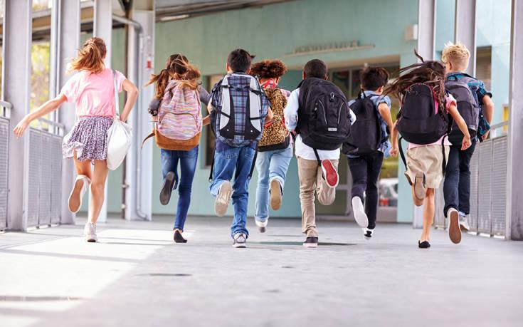 Η Περιφέρεια Κρήτης δώρισε υπολογιστές σε σχολεία που διακρίθηκαν σε διαγωνισμό για τα τροχαία