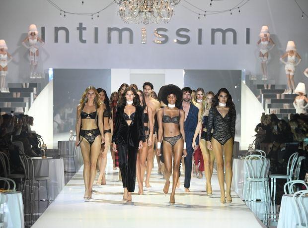 Το λαμπερό fashion show της Intimissimi στη Βερόνα είχε θέμα το cabaret