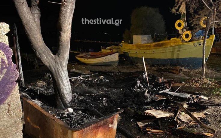 Στις φλόγες τυλίχτηκε ξύλινο παράπηγμα στη Θεσσαλονίκη