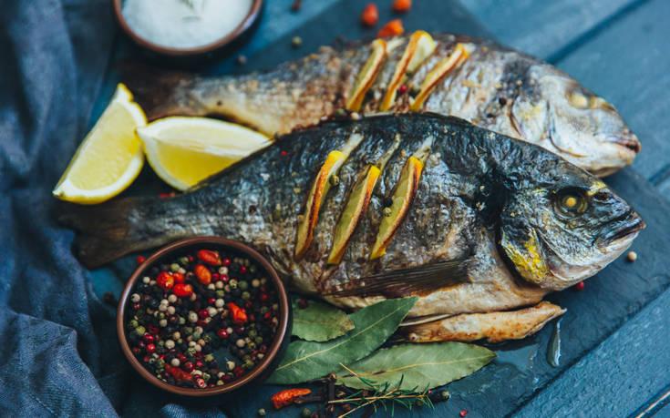 Το μυστικό για να μην κολλάει το ψάρι στο σκεύος
