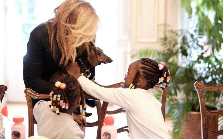 Κυριάκος και Μαρέβα στόλισαν το Μαξίμου με παιδιά της «Κιβωτού»