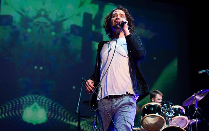Η χήρα του Κρις Κορνέλ πηγαίνει τα άλλα μέλη των Soundgarden στα δικαστήρια