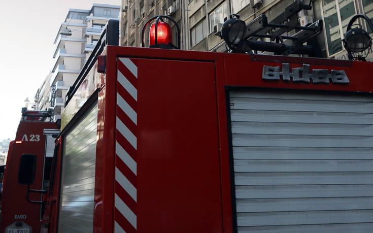 Φωτιά σε διαμέρισμα στο Νέο Φάληρο, απεγκλωβίστηκαν δύο άτομα