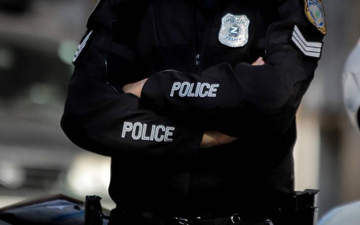 Τι λέει η ΕΛ.ΑΣ. για βίντεο με αστυνομικούς που βρέχουν με μάνικα γυναίκα στο Α.Τ. Ομόνοιας